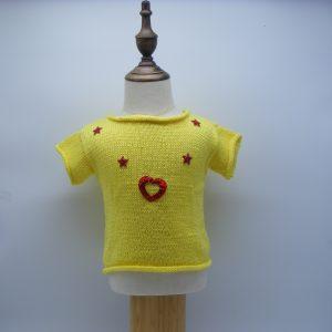 T-shirt jaune avec ses coeurs